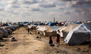 UNHCR Lager mit Zelten und 2 spielenden Kindern auf einem Weg