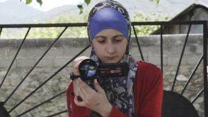 eine Protagonistin des Films mit Kamera in der Hand