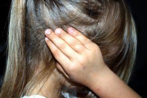 Kind, das sich die Ohren zuhält